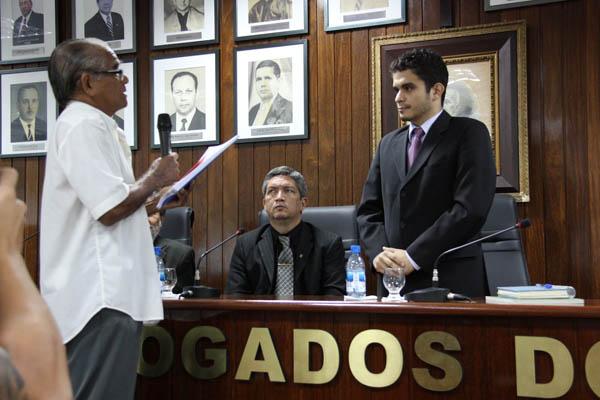 Membro do Comitê da Verdade, Memória e Justiça do Amazonas, Osvaldo Coelho, entrega relatório ao procurador da República Julio José Araújo Júnior