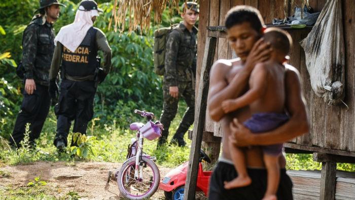 Policiais Federais da Forca Nacional e soldados do exercito fazem buscas para localizar três pessoas desaparecidas próximas a aldeia dos índios tenharim
