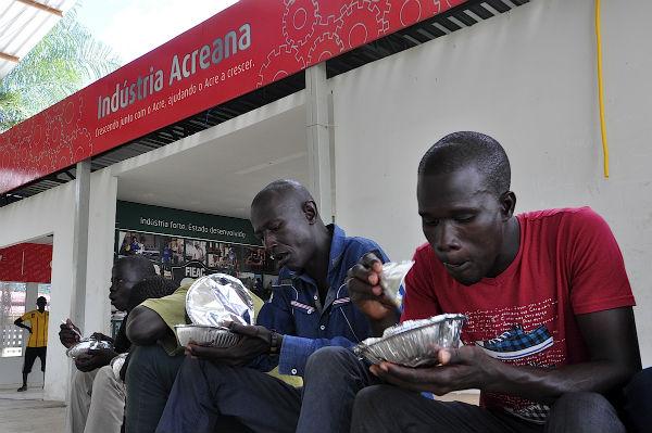 Haitianos e senegaleses almoçam no Parque de Exposição de Rio Branco