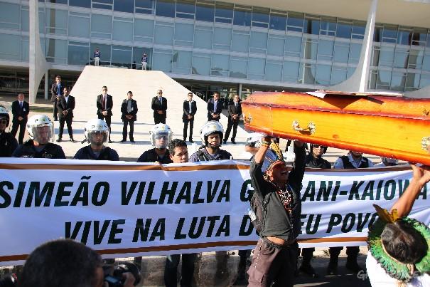 Indígenas levam o caixão simbólico em frente ao Palácio do Planalto na terça-feira