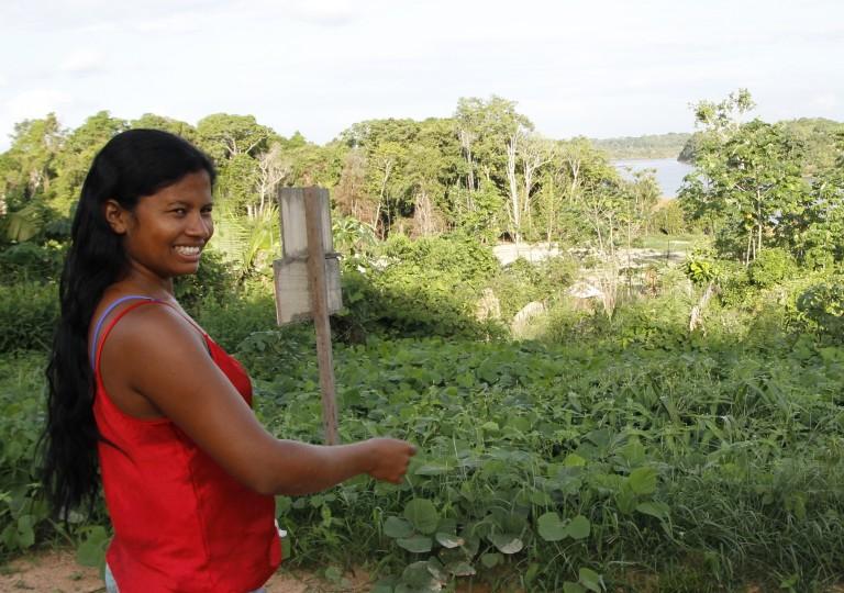 Bel Juruna diante de roça de abóbora que separa a aldeia Muratu do Xingu