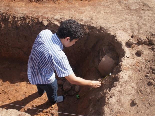 Arqueólogo resgata urnas funerárias indígenas em Combinado (Foto: Divulgação/Iphan)