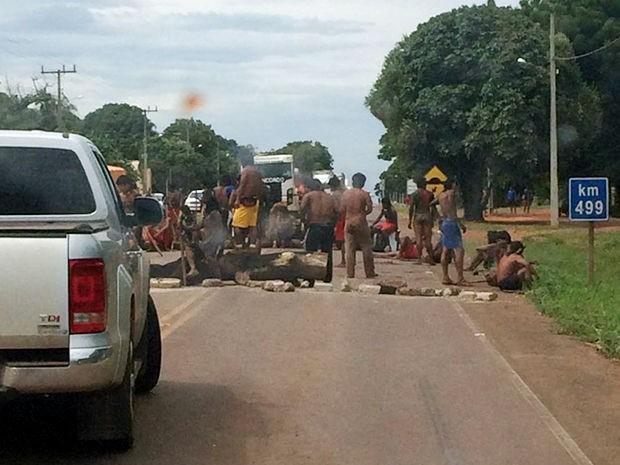Índios bloqueiam BR-158 na região de Canarana, depois de prisão de indígenas (Foto: Assessoria/PRF-MT)