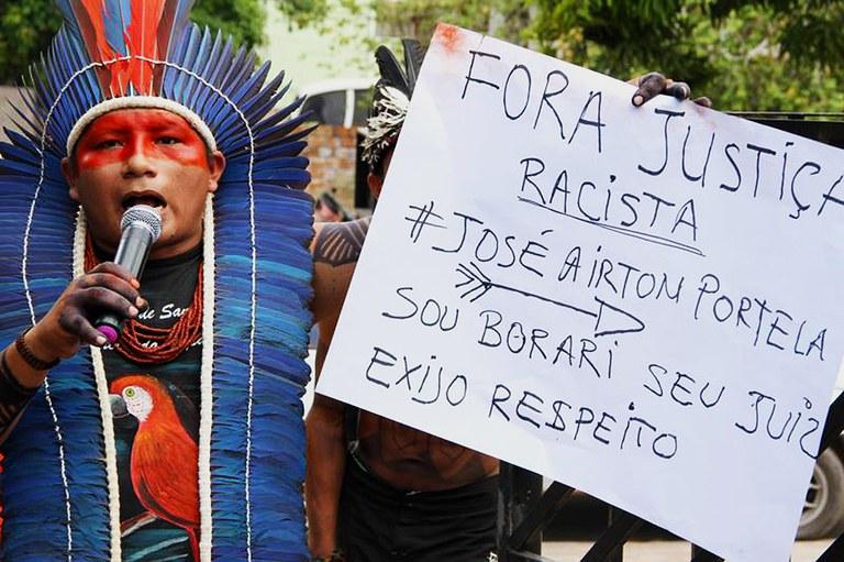 Poró Borari, liderança da TI Maró e estudante da UFOPA, durante protesto na sede da Justiça Federal. Foto: Carlos Bandeira Jr.