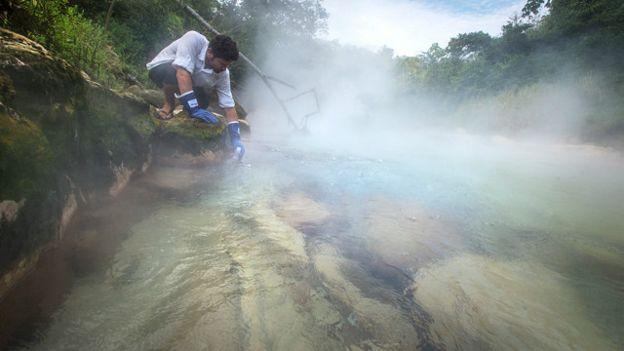 Geólogo precisou de bênção de xamã para estudar rio fervente