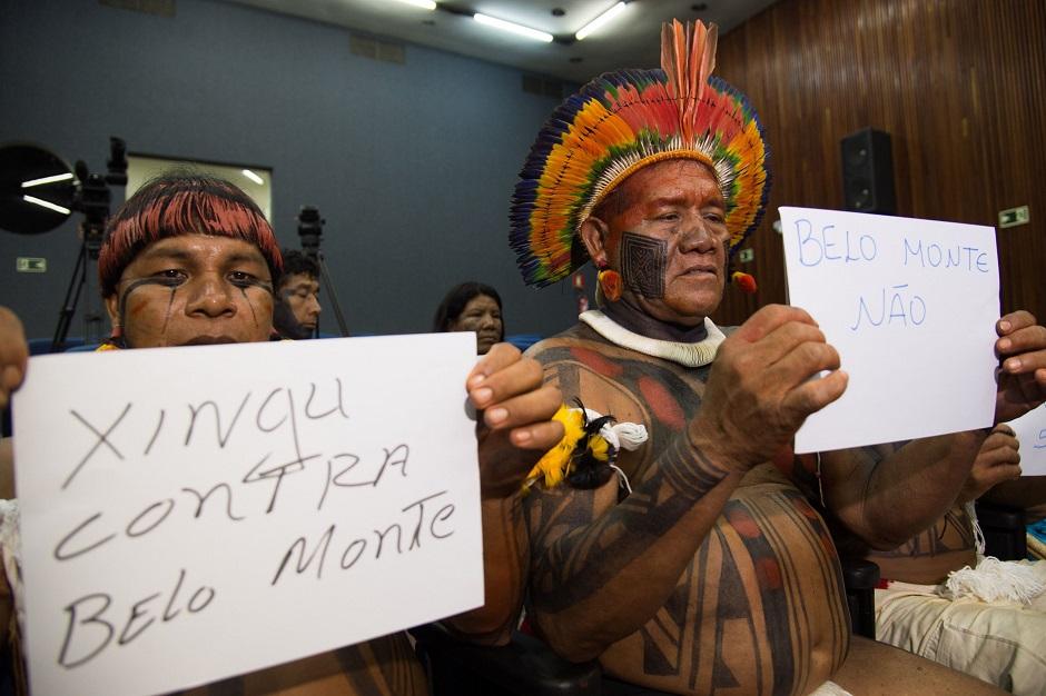 Em Brasília, Índios do Xingu fazem protesto durante coletiva da presidenta do Ibama, Marilene Ramos, sobre o enchimento do reservatório da Usina Hidrelétrica de Belo Monte.  (Arquivo: 24/11/2015)