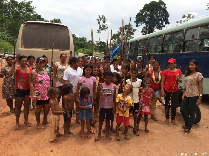 Mulheres indígenas bloqueiam acesso ao sítio Pimental e impedem a entrada de trabalhadores na barragem principal de Belo Monte   Letícia Leite - ISA