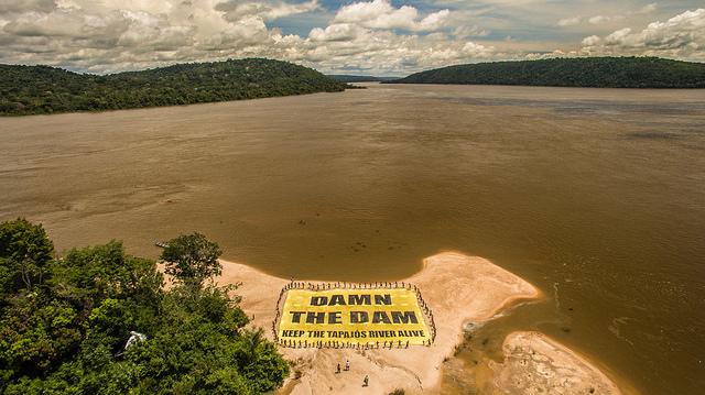 """""""Barre a barragem"""": povo Munduruku e ativistas do Greenpeace mandam recado para o mundo direto do rio Tapajós.  (© Fábio Nascimento/Greenpeace)"""