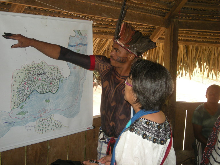 Victoria na aldeia Muratu, TI Paquiçamba, em reunião com juruna da Volta Grande