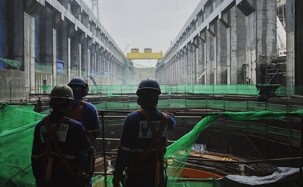 Operários trabalham na construção da usina hidrelétrica de Belo Monte