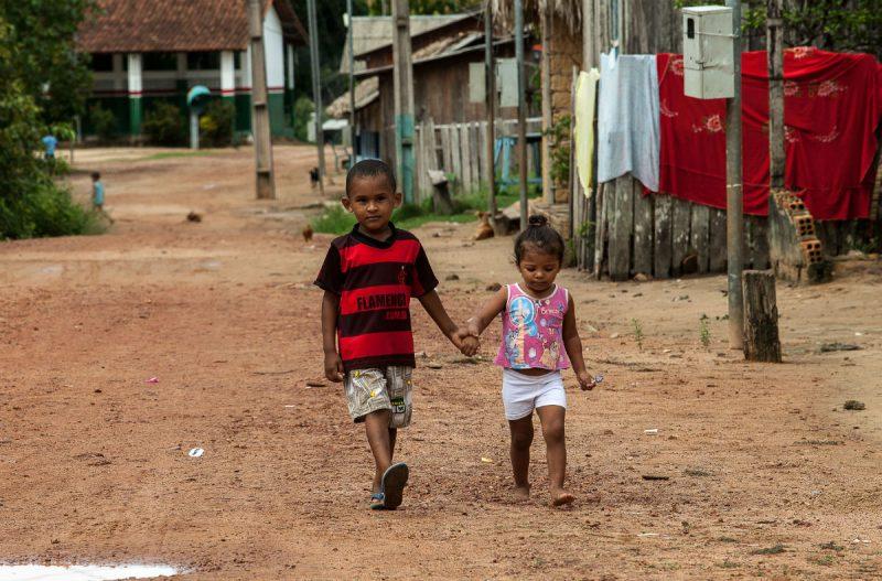 Crianças em Pimental, comunidade que será atingida pela usina de São Luiz do Tapajós.  As famílias locais se organizam para tentar impedir a construção da hidrelétrica.  Foto: Lilo Clareto/Repórter Brasil