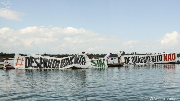 Manifestação em frente a um dos canteiros de obras de Belo Monte | © Adriana Mattoso