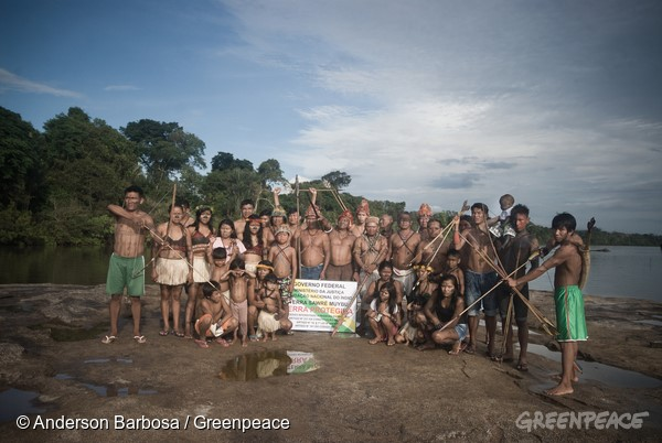 Munduruku instalam placas para pressionar pela demarcação de seu território. (©Anderson Barbosa/Greenpeace)the demarcation of Sawré Muybu ensures the conservation of 178,000 hectares of Amazonian rainforest. Foto: Anderson Barbosa / Greenpeace O povo Munduruku habita a Terra Indígena Sawré Muybu, no coração da Amazônia, há gerações. Mas seu modo de vida esta ameaçado pelos planos do governo brasileiro de construir um complexo de barragens na bacia do Rio Tapajos. Os Munduruku exigem a demarcação de seu território. Além de garantir o modo de vida deste povo, a demarcação de Sawré Muybu garante a conservação de 178 mil hectares de floresta amazônica.