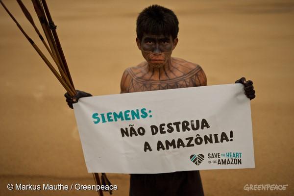 """índios Munduruku lutam há mais de 30 anos contra a construção da usina e agora pedem que a Siemens diga """"não"""" ao projeto (© Markus Mauthe/Greenpeace)"""