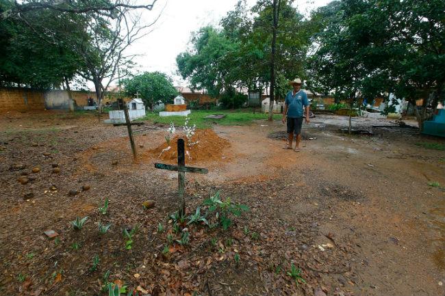 Restam poucas cruzes no local do cemitério de Curionópolis onde foram enterrados 14 dos 19 sem-terra mortos pela Polícia Militar do Pará, em Eldorado do Carajás, em abril de 1996. Dida Sampaio / Estadão