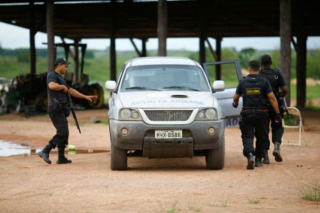 Homens da Atalaia Segurança e Vigilância, em ronda na Fazenda Cedro. Dida Sampaio / Estadão