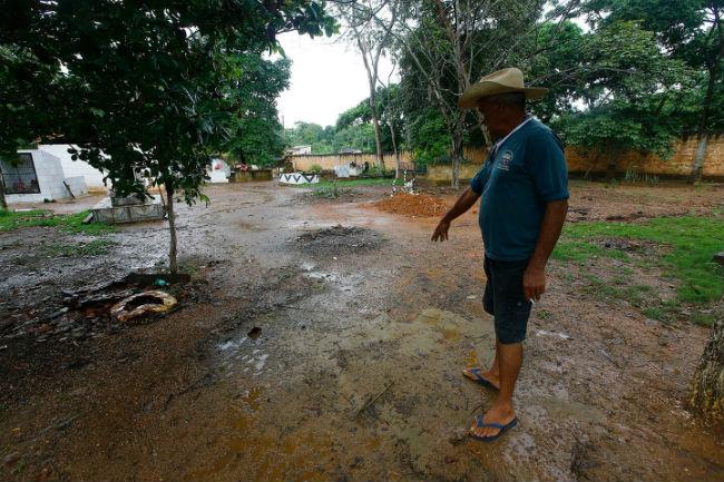 Wilson Lucena Barbosa, que trabalha no cemitério de Curionópolis, no Pará, aponta para o local onde foram enterrados sem-terra mortos do massacre ocorrido na Curva do S, em Eldorado do Carajás, em 1996. Dida Sampaio / Estadão