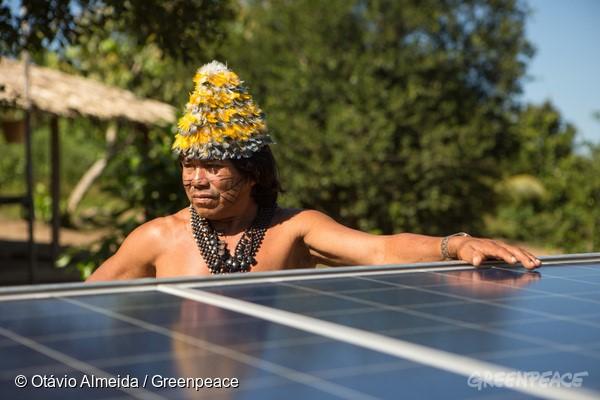 Instalação de placas solares na Terra Indígena Sawré Muybu, do povo Munduruku, mostra o caminho da energia verdadeiramente limpa (© Otávio Almeida/Greenpeace)