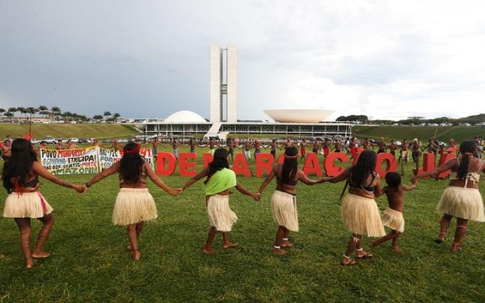 Índios Munduruku (PA) cobram demarcações em protesto contra a PEC 55 em frente ao Congresso   Wilson Dias - Agência Brasil