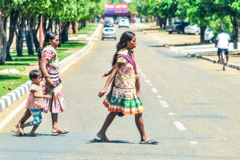 Com seus vestidos coloridos, as índias Warao andam pelas ruas de Boa Vista (Foto: Marcelo Mora/Amazônia Real)