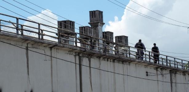 Policiais fazem ronda na Cadeia Pública Raimundo Vidal Pessoa, no centro de Manaus