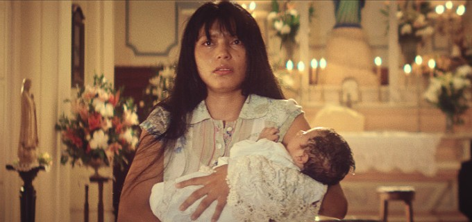 A atriz Zahy Guajajara em cena como Domingas, sua personagem na minissérie Dois Irmãos