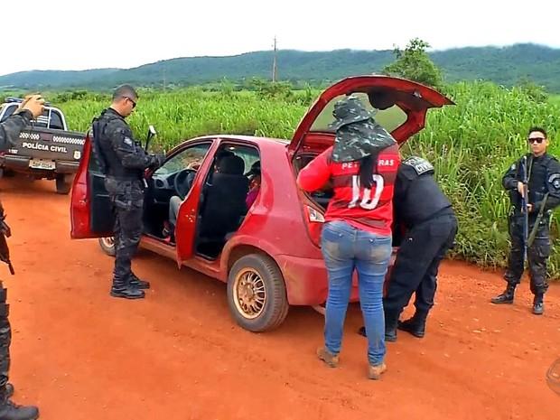 Policiais revistam veículos que passam em estradas de acesso a garimpo (Foto: Reprodução/TVCA)