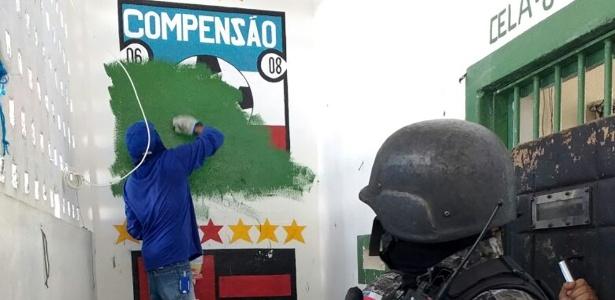 Pintura com menção ao time Compensão é apagada do presídio Compaj em ação de 2015. Secretaria de Segurança Pública-AM/Divulgação
